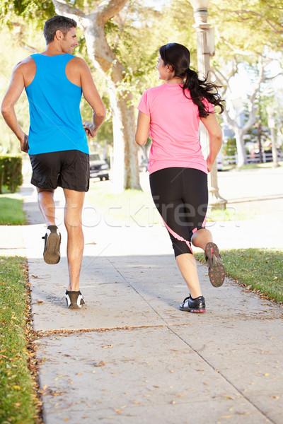 Vedere din spate cuplu funcţionare suburban stradă femei Imagine de stoc © monkey_business