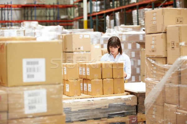 Travailleur entrepôt femmes boîte écrit Photo stock © monkey_business