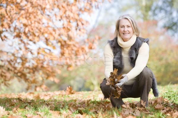 Stok fotoğraf: Kıdemli · kadın · yaprakları · yürümek · sonbahar · yaprakları