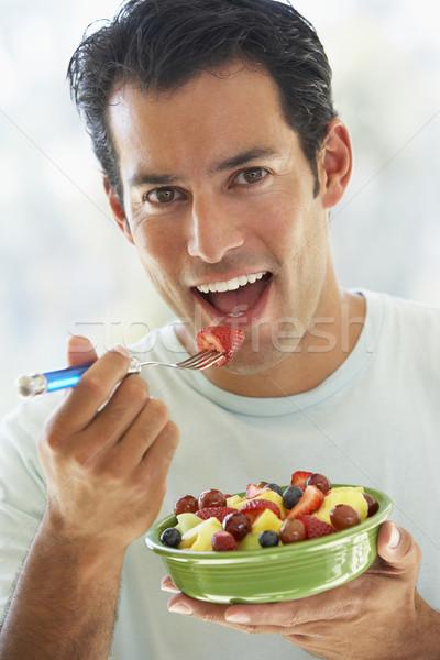 Stok fotoğraf: Yetişkin · adam · yeme · taze · meyve · salata · gıda