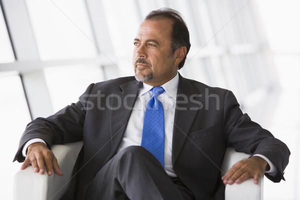 Zdjęcia stock: Biznesmen · posiedzenia · krzesło · lobby · biuro · człowiek