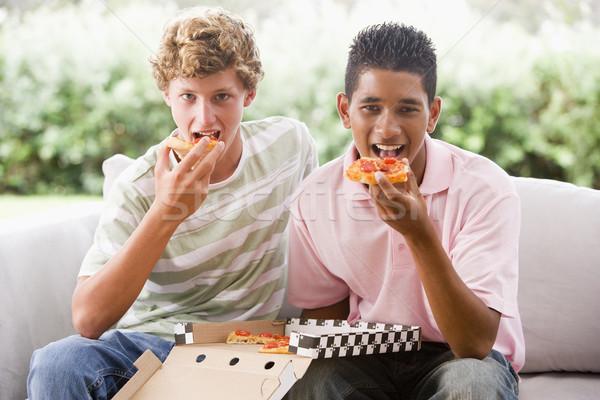 Foto d'archivio: Ragazzi · adolescenti · seduta · divano · mangiare · pizza · insieme