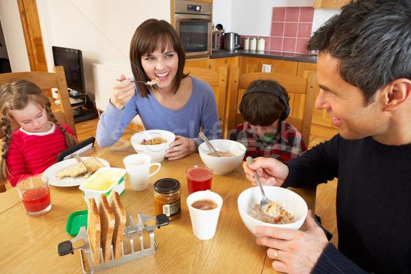 ストックフォト: 家族 · 食べ · 朝食 · 一緒に · キッチン · 子供