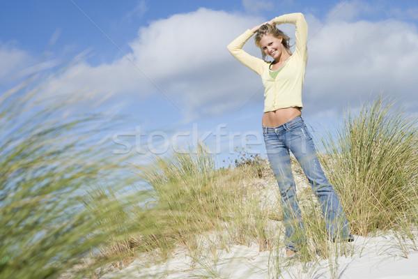 Młoda kobieta kobieta trawy szczęśliwy nastolatek Zdjęcia stock © monkey_business