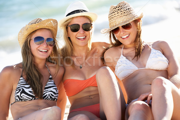 Csoport tinilányok élvezi tengerparti nyaralás együtt tengerpart Stock fotó © monkey_business