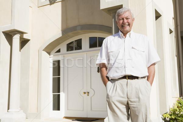 Photo stock: Supérieurs · homme · permanent · à · l'extérieur · maison · porte · d'entrée