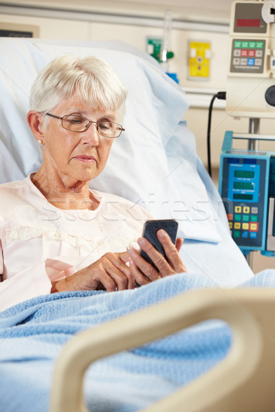 Senior feminino paciente cama de hospital telefone móvel mulher Foto stock © monkey_business