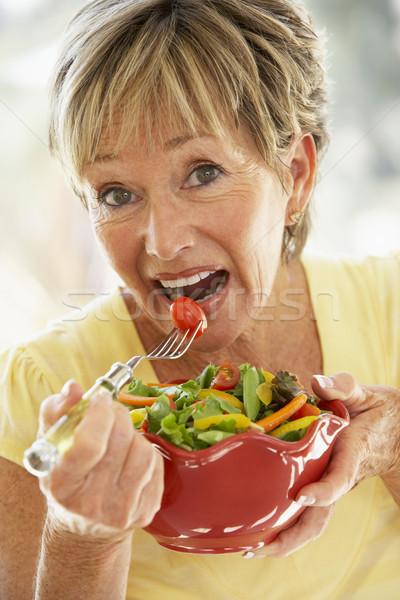 Foto stock: Senior · mulher · alimentação · fresco · salada · sorridente
