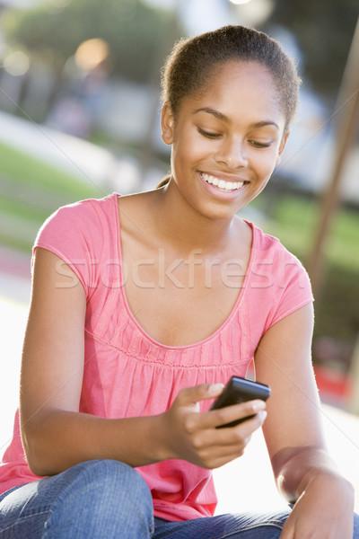 Sessão ao ar livre telefone móvel feliz tecnologia Foto stock © monkey_business