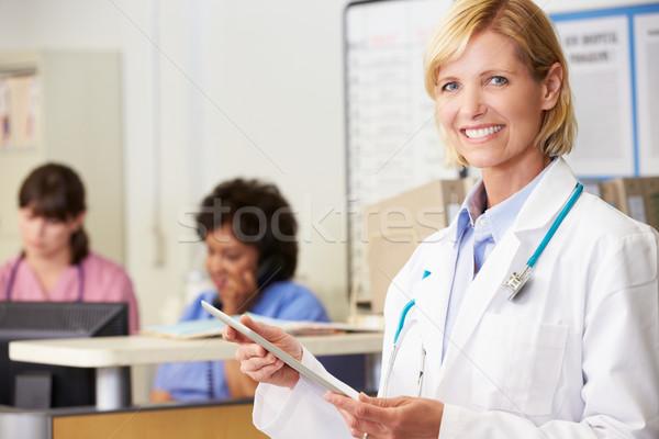 ストックフォト: 女性 · 医師 · デジタル · タブレット · 駅