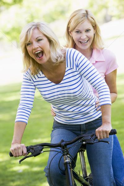 Foto stock: Dos · amigos · uno · moto · aire · libre · sonriendo