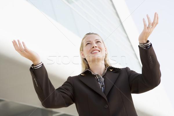 Foto stock: Mujer · de · negocios · pie · aire · libre · edificio · manos · fuera