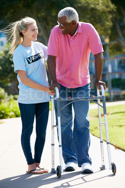Stockfoto: Vrijwilliger · helpen · senior · man · lopen