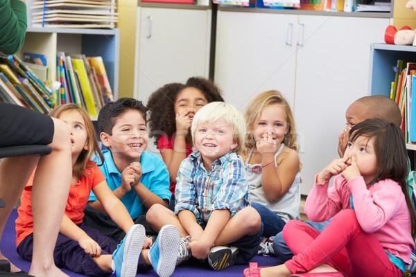 Grupo elementar alunos sala de aula tocante escolas Foto stock © monkey_business