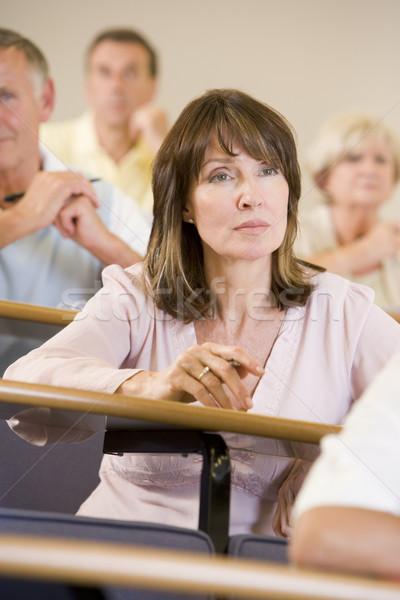 Vrouwelijke volwassen student luisteren universiteit college Stockfoto © monkey_business
