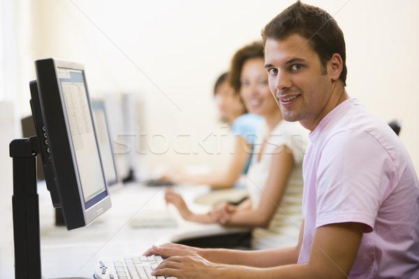 Drie mensen vergadering computerruimte typen glimlachend man Stockfoto © monkey_business