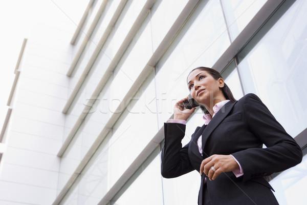 Stockfoto: Zakenvrouw · praten · mobiele · telefoon · buiten · moderne · kantoorgebouw