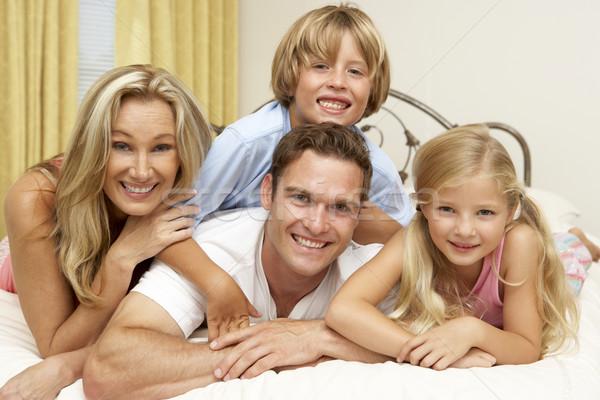 Foto stock: Familia · relajante · cama · casa · mujer · feliz