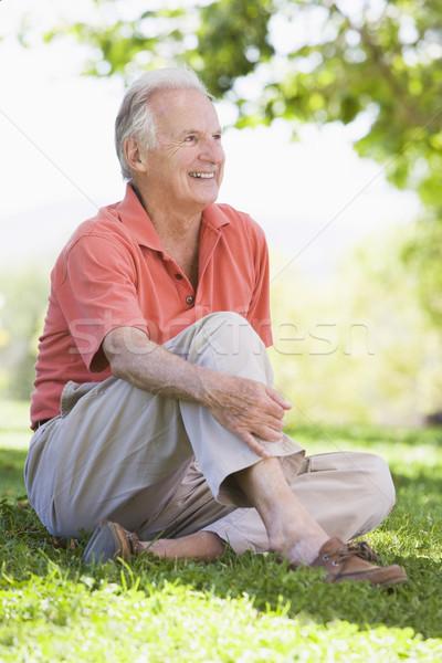 Foto stock: Senior · homem · relaxante · sessão · grama