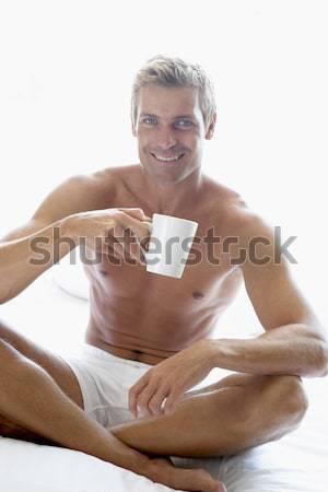 ストックフォト: 成人 · 男 · 座って · ベッド · 飲料 · コーヒー