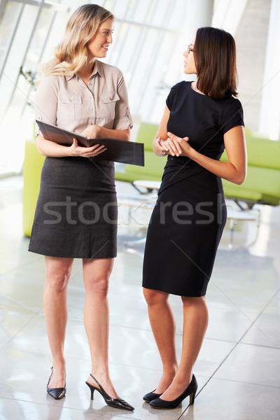 Dos empresarias informal reunión moderna oficina Foto stock © monkey_business
