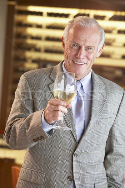Stok fotoğraf: Adam · içmek · bar · şarap · mutlu · restoran
