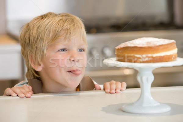 Foto stock: Cocina · mirando · torta · contra · nino