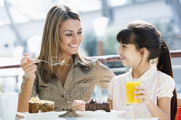 Anne kız yeme kek kafe içme Stok fotoğraf © monkey_business