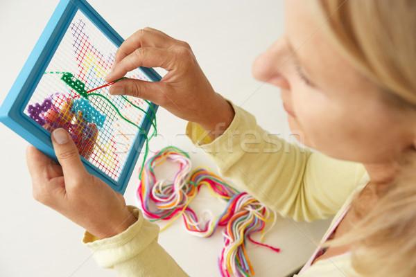 Vrouw kruis steek gelukkig tabel Stockfoto © monkey_business