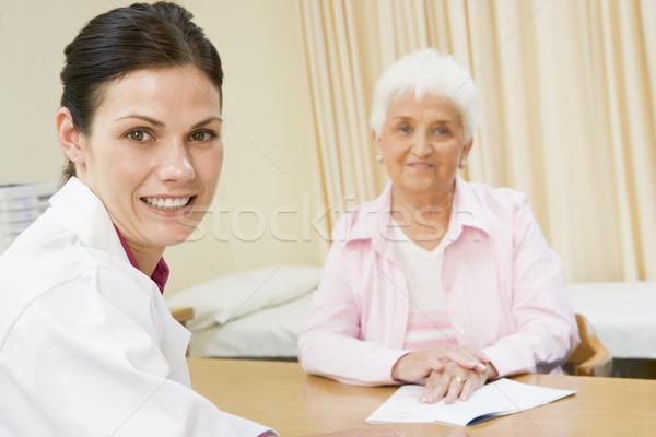 Foto d'archivio: Donna · donna · sorridente · sorridere · medico · felice
