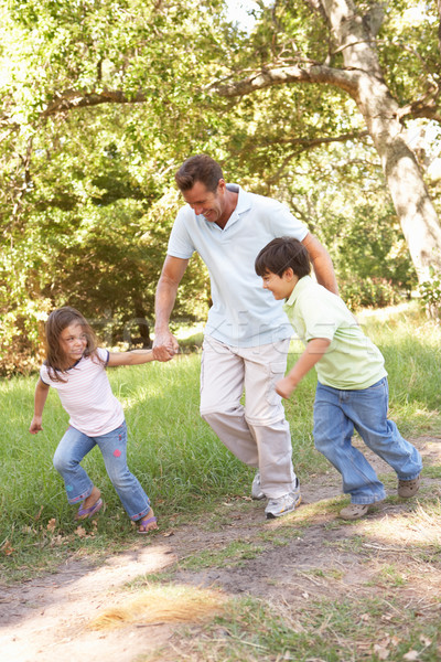Foto stock: Pai · crianças · andar · parque · mulher
