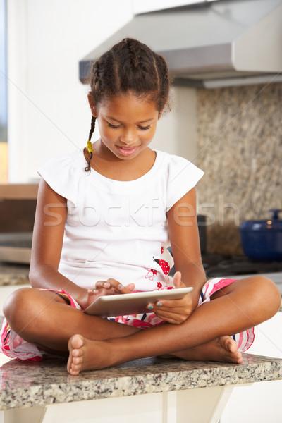Stock fotó: Lány · ül · konyhapult · digitális · tabletta · gyermek