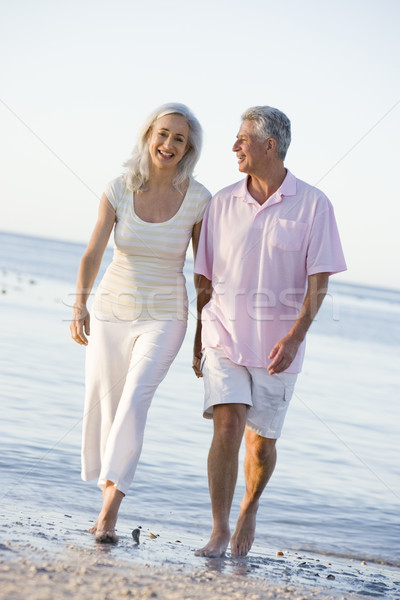 Couple plage mains tenant souriant heureux marche Photo stock © monkey_business