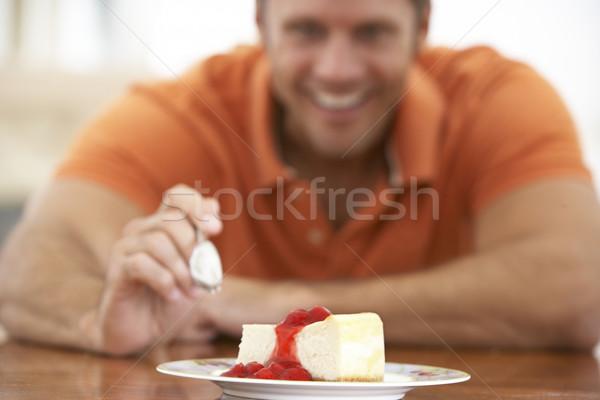 Középkorú férfi eszik sajttorta étel férfi boldog Stock fotó © monkey_business