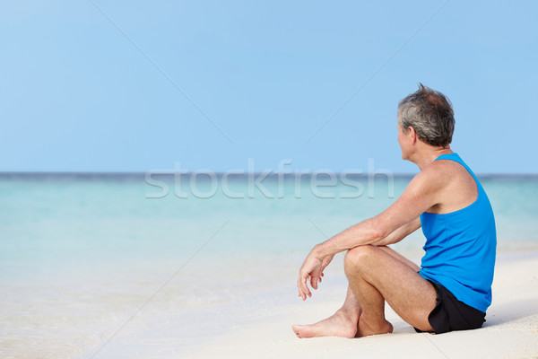 Senior man sportkleding ontspannen mooie strand Stockfoto © monkey_business