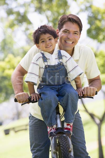 ストックフォト: 男 · 自転車 · 屋外 · 笑みを浮かべて · 笑顔