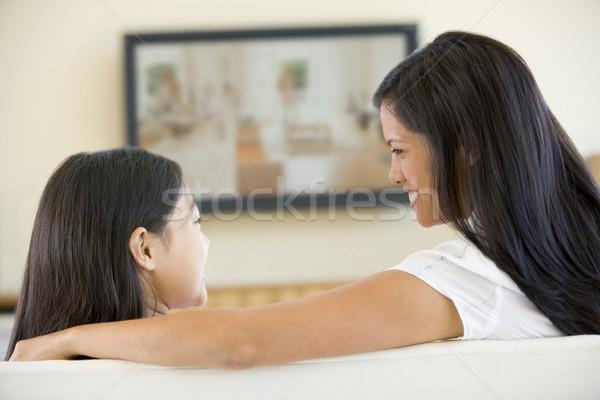 Vrouw jong meisje woonkamer flatscreen televisie kinderen Stockfoto © monkey_business