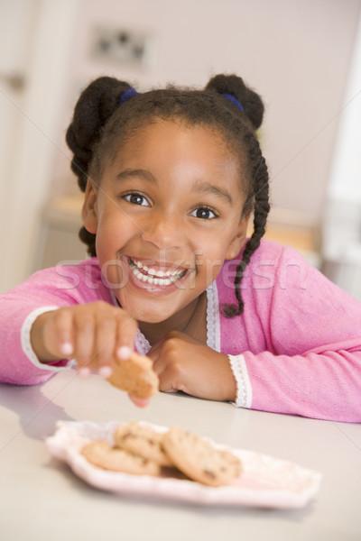 Stock fotó: Fiatal · lány · konyha · eszik · sütik · mosolyog · lány