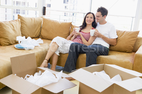 Pareja relajante café cajas nuevo hogar sonriendo Foto stock © monkey_business