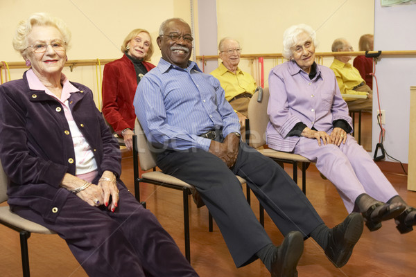 Idős felnőttek nyújtás osztály boldog férfiak Stock fotó © monkey_business