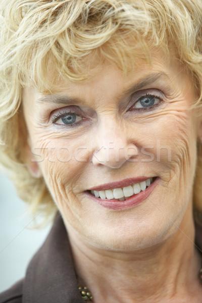 Zdjęcia stock: Starszy · uśmiechnięta · kobieta · kamery · kobieta · szczęśliwy · portret