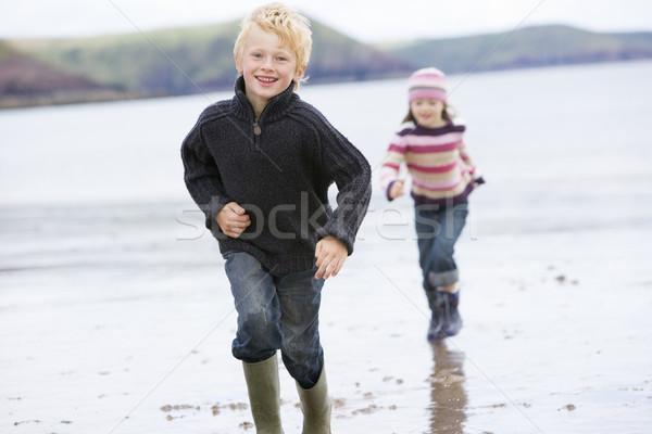 ストックフォト: 2 · 小さな · 子供 · を実行して · ビーチ · 笑みを浮かべて