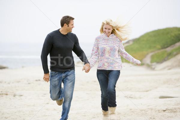 Zdjęcia stock: Para · uruchomiony · plaży · trzymając · się · za · ręce · uśmiechnięty · człowiek