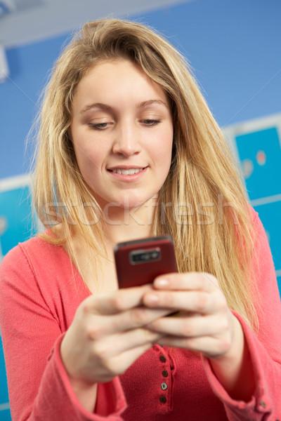 Femminile adolescente studente cellulare scuola ragazza Foto d'archivio © monkey_business