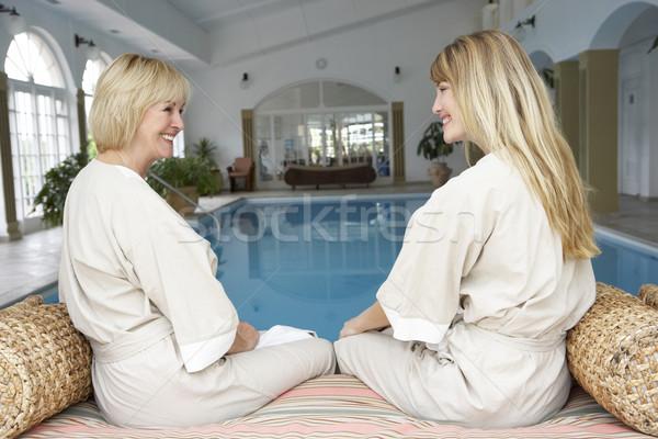 Két nő megnyugtató úszómedence fitnessz medence úszik Stock fotó © monkey_business