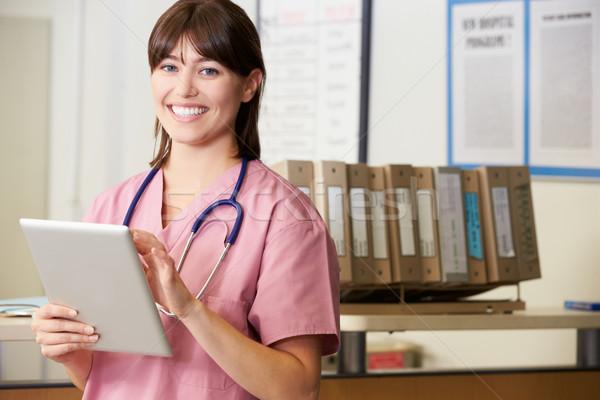 Photo stock: Infirmière · numérique · comprimé · gare · femme