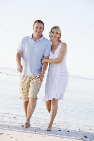 Para plaży trzymając się za ręce uśmiechnięty kobieta człowiek Zdjęcia stock © monkey_business