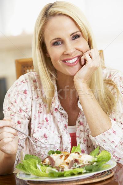 Stok fotoğraf: Yetişkin · kadın · sağlıklı · beslenme · yemek · gülen · kamera