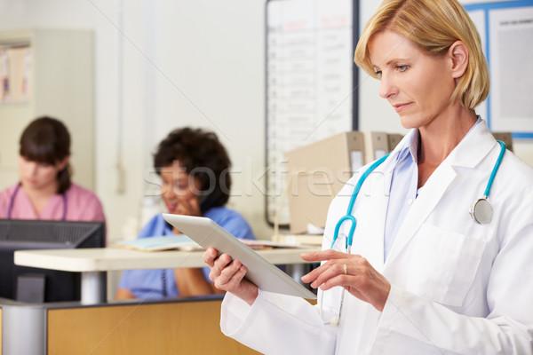 Сток-фото: женщины · врач · цифровой · таблетка · станция