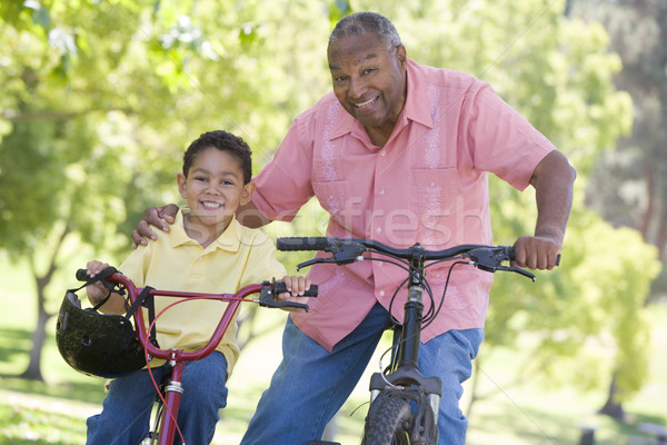 Foto stock: Avô · neto · bicicletas · ao · ar · livre · sorridente · criança